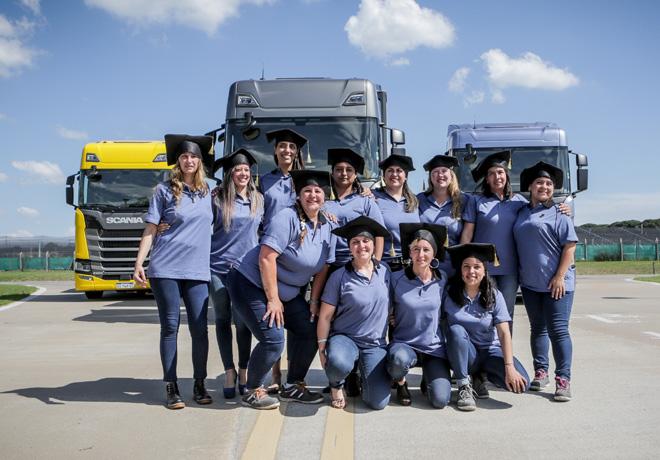 Egresaron las 12 primeras mujeres del Programa Conductoras de Scania