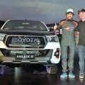 Fernando Alonso con Daniel Herrero en la presentacion de la Toyota Hilux GR Sport con motor V6