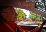 Hector Losino probando al nuevo Chevrolet Onix Premier Turbo Hatchback