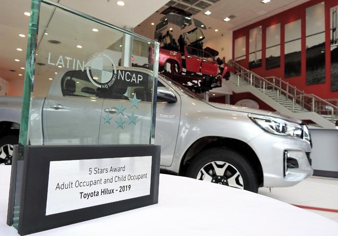 Toyota recibio el trofeo de Latin NCAP por haber obtenido la maxima calificacion en seguridad con Hilux y SW4 2