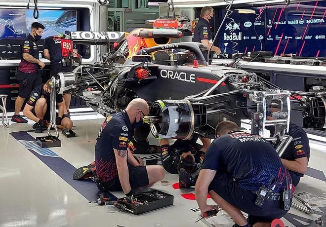 GP de Rusia de Fórmula 1 – Red Bull cambió la unidad de potencia del auto de Verstappen y partirá en las últimas posiciones en Sochi. Bottas fue el más veloz del viernes de entrenamientos.